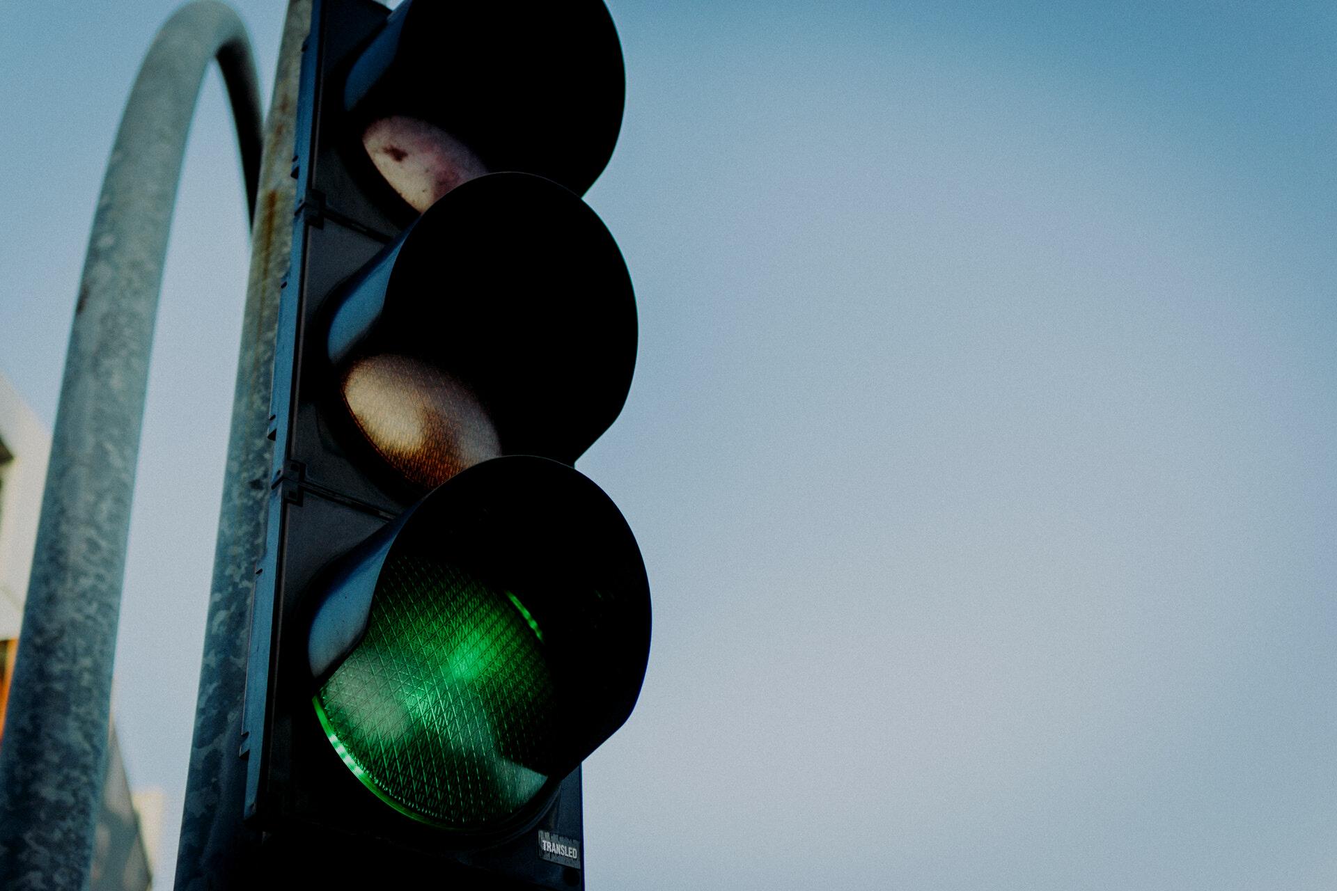 Tráfico no puede multar sin identificar al conductor